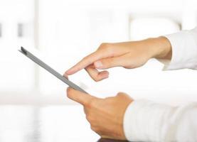 Mann mit einem digitalen Tablet foto