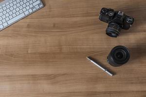 Desktop mit moderner Tastatur und Kamera