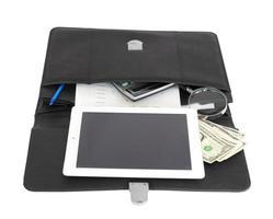 offene schwarze Aktentasche und Geschäftsgegenstände foto