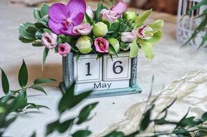 Vintage Desktop-Kalender mit farbigen Blumen verziert foto