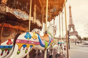 Flachwinkelansicht eines Retro-Karussells in Paris foto