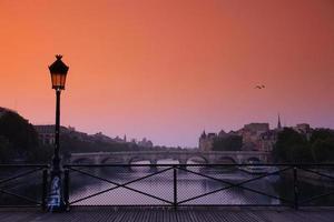 Sonnenuntergang auf der Pont des Arts Bridge foto