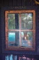 Holzfenster mit vier Scheiben in der Wand foto