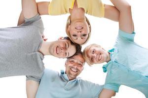 glückliche Familie, die nach unten schaut foto