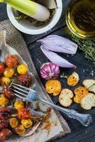 gesundes Mittagessen mit frühlingsfrisch geröstetem Gemüse foto