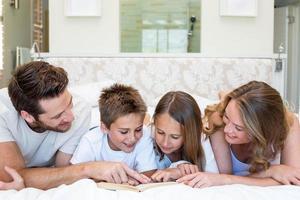 glückliche Familie, die in die Kamera lächelt foto