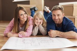glückliche Familie, die ihre neue Wohnung plant foto
