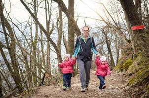 Familie beim Wandern in den Bergen. Familienerholung. foto