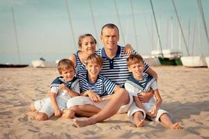 Porträt der glücklichen Familie nahe Yacht foto