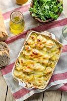 Kartoffelgratin mit Speck und Käse foto