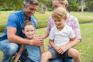 glückliche Familie im Park foto