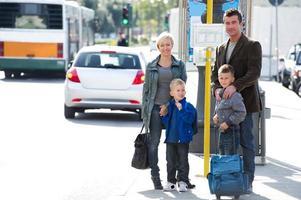 Familie wartet auf den Bus foto