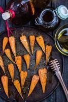Bauernhof frische Baby-Karotten mit Honig geröstet foto