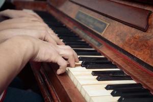 Familie spielt auf einem Klavier