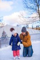glücklicher Familienurlaub auf Eisbahn