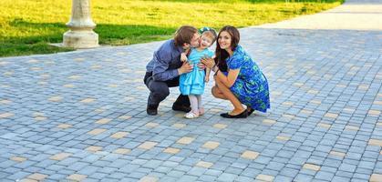 glückliche Familie, die im Park spaziert foto