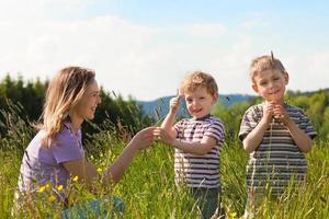 Familiensommer - auf der Wiese spielen foto