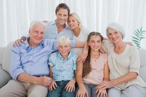 Großfamilie lächelt in die Kamera foto