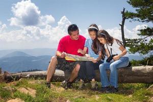 Familie in der Natur, die Karte betrachtet