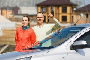 glückliche Familie hält Schlüssel zum Auto