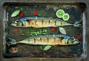 gebackener Makrelenfisch auf Tablett foto
