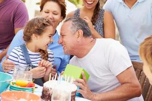Familie mit mehreren Generationen, die Geburtstag im Garten feiert