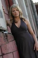 schönes Kleid Frau städtisches Porträt blond
