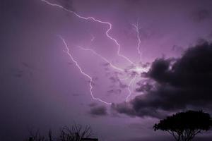 Blitz färbt den Himmel lila