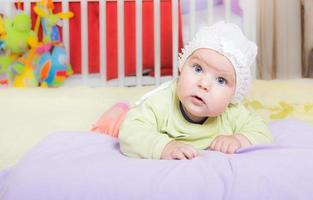 Es ist Spielzeit. Baby spielt in ihrem Zimmer foto