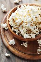 Salz Popcorn auf dem Holztisch
