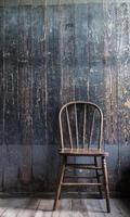 antiker Stuhl und wiedergewonnene Holzwand foto