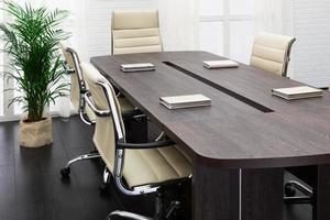 großer Tisch und Stühle foto