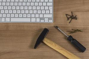 Tastatur und Werkzeuge auf dem Desktop foto