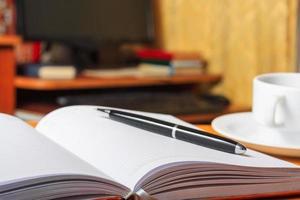 Tagebuch auf dem Tisch und ein PC foto