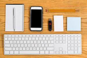 organisierter Desktop mit Schreibwaren und Werkzeugen für die tägliche Arbeit foto