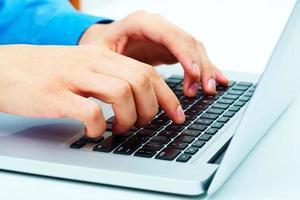 Hände über Tastatur foto