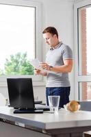 Mann prüft Papierkram im Büro
