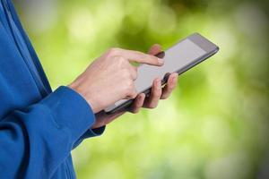 Hände mit mobilem Tablet foto