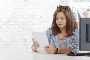 Porträt eines Teenagers mit einem digitalen Tablet foto