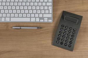 Tastatur und Taschenrechner auf dem Desktop foto