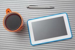 Draufsicht auf Tablette PC und Tasse Tee foto
