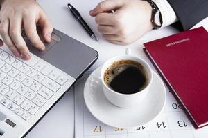 menschliche Hände auf der Notebook-Tastatur 5 foto