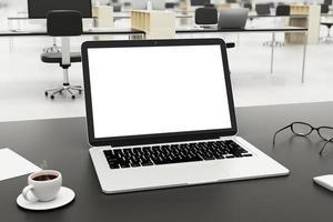 leerer Bildschirm auf Laptop mit Tasse Kaffee und Gläsern