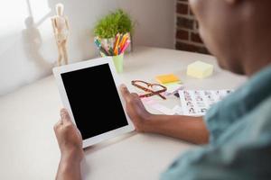 Gelegenheitsgeschäftsmann mit Tablet-PC foto