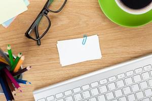 leere Visitenkarten über Bürotisch foto