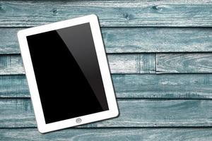 Tablette PC auf hölzernem Hintergrund