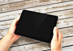 Hände halten digitales Tablet foto