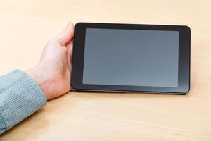 Geschäftsmannhand mit Tablet-PC mit schwarzem Bildschirm foto