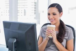 fröhliche attraktive Frau, die Kaffee hält foto