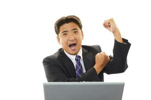 der männliche Büroangestellte, der glücklich posiert foto
